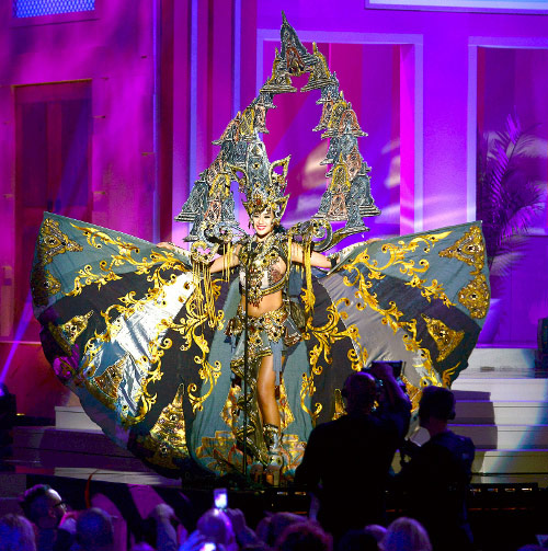 Elvira Devinamira Raih Best National Costume Miss Universe 2015