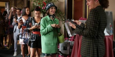 14 Momen Fashion Terbaik Emily Cooper di 'Emily In Paris'