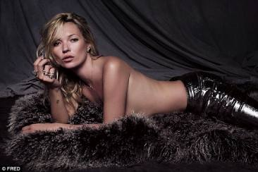 Pose Topless ala Kate Moss