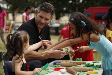 Eric Bana Kunjungi Save the Children